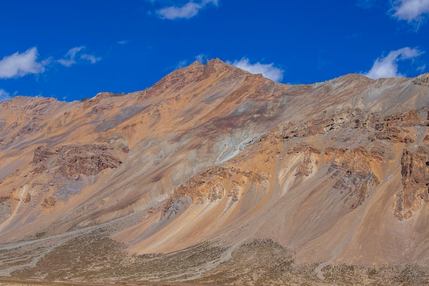 Paisagem montanhosa do himalaia ao longo da rodovia leh para manali, na índia. montanhas rochosas majestosas na região indiana do himalaia, ladakh, jammu e caxemira, índia. natureza e conceito de viagens