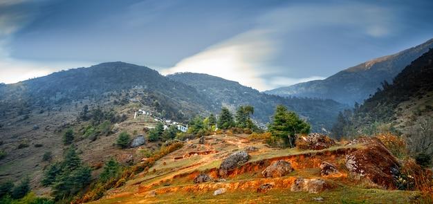 Paisagem montanhosa do himalaia. trekking no nepal. magnífica vista da cordilheira contra o céu azul. cena pitoresca e linda. rota de caminhada até o acampamento base do everest. férias, esporte, recreação