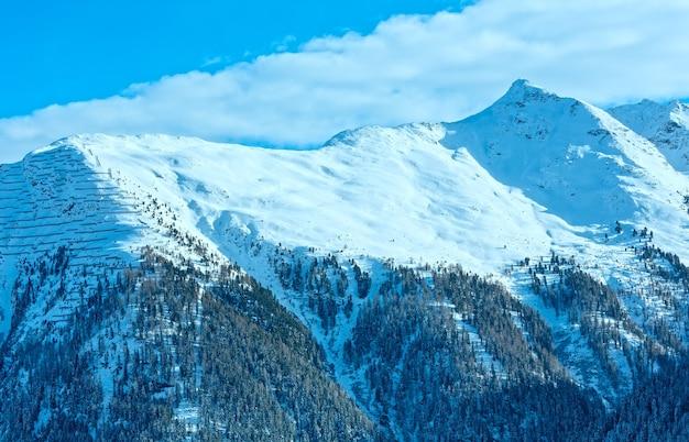 Paisagem montanhosa do inverno com floresta de abetos na encosta. região de esqui kappl nas montanhas tirolesas, na áustria.