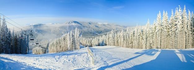 Paisagem montanhosa do inverno com teleférico e pista de esqui. estância de esqui de bukovel, ucrânia. três tiros costuram a imagem.