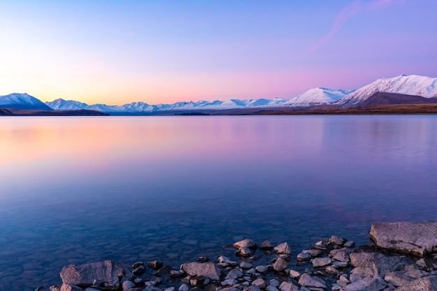 Paisagem montanhosa do lago tekapo pôr do sol na ilha do sul na nova zelândia