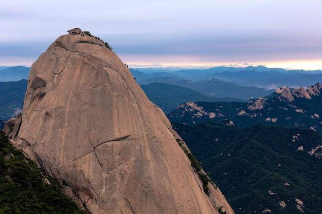 Paisagem montanhosa do parque nacional bukhansan ao nascer do sol em seul, coreia do sul