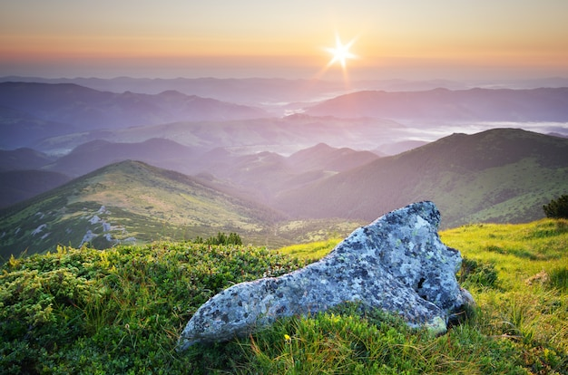 Paisagem montanhosa durante o pôr do sol