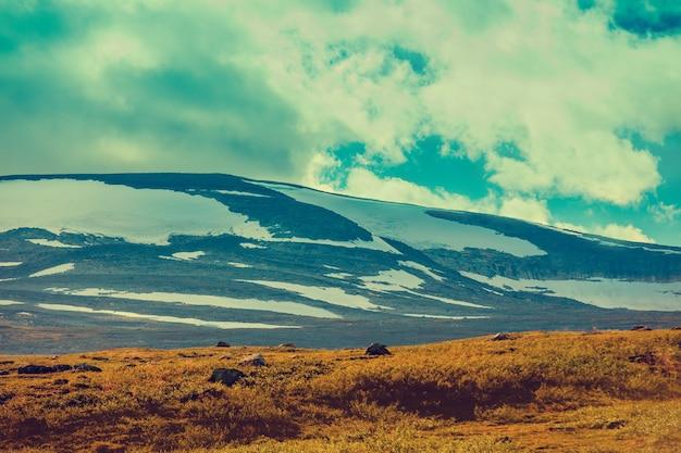 Paisagem montanhosa na lapônia. montanhas cobertas de neve. deserto da noruega