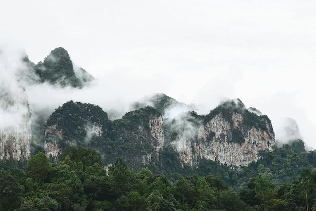 Paisagem montanhosa no parque nacional de khao sok