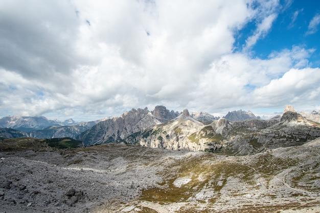 Paisagem montanhosa no parque natural three peaks, na itália