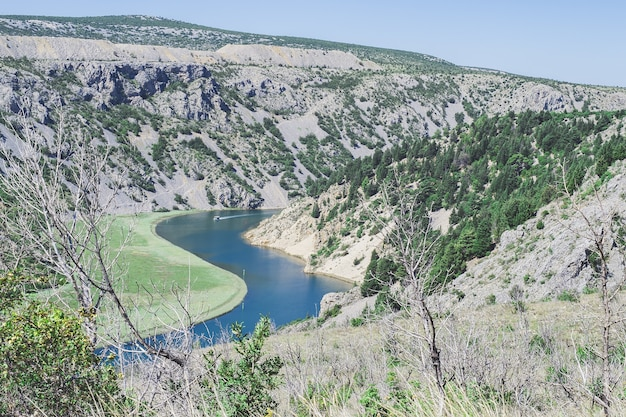 Paisagem montanhosa selvagem com o desfiladeiro do rio zrmanja perto da montanha velebit, croácia