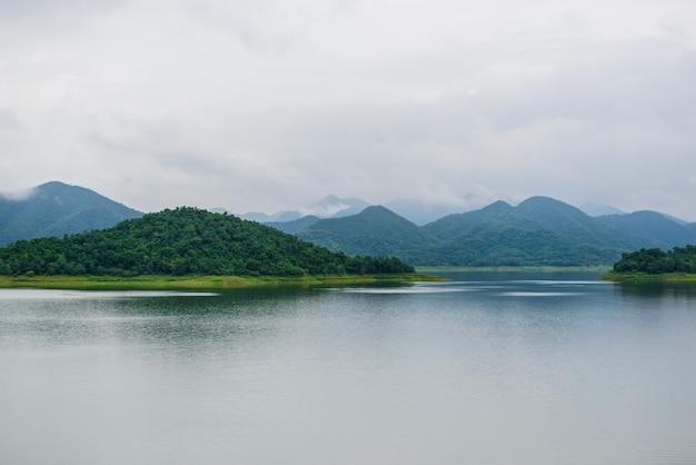Paisagem natrue e uma névoa de água na represa kaeng krachan.