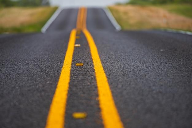 Paisagem natural americana com estrada de asfalto até o horizonte.