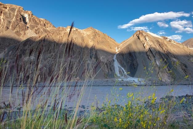 Paisagem natural bonita com as montanhas na vila de alchi, índia de ladakh.