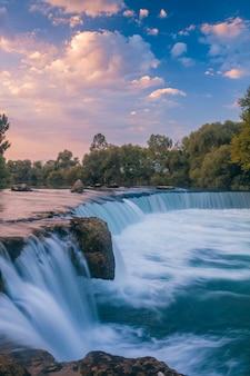 Paisagem natural com cachoeira