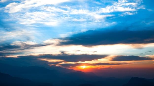 Paisagem natural com nascer do sol nas montanhas