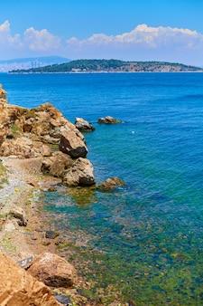 Paisagem natural da costa rochosa do mar negro, na turquia