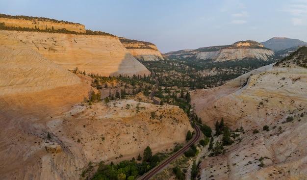 Paisagem natural de montanhas ao longo da rodovia que atravessa o parque nacional de zion