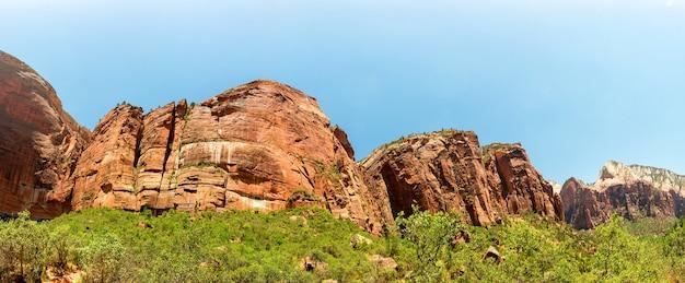 Paisagem natural de rochas vermelhas contra o céu azul
