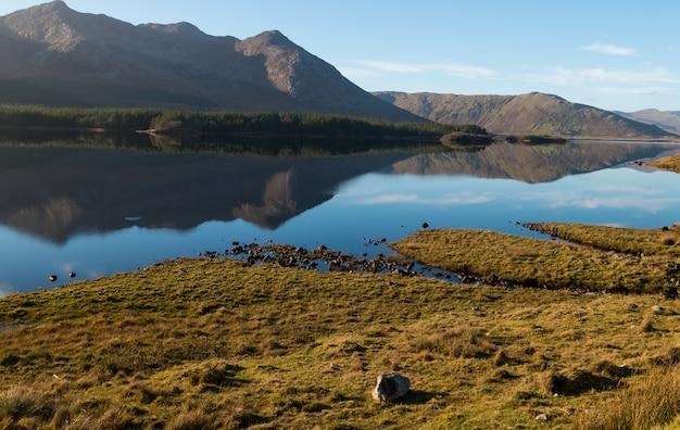 Paisagem natural do parque nacional de connemara nos lagos da irlanda