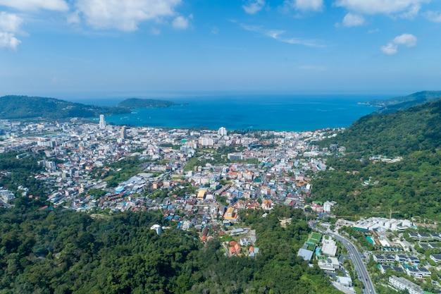 Paisagem natureza vista da vista aérea do zangão com cidade de patong