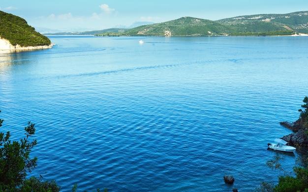 Paisagem nebulosa do litoral de lefkada de verão (nydri, grécia).