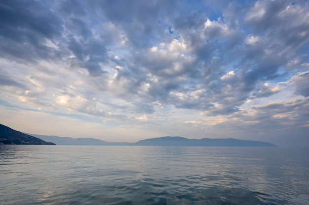 Paisagem nebulosa do mar adriático