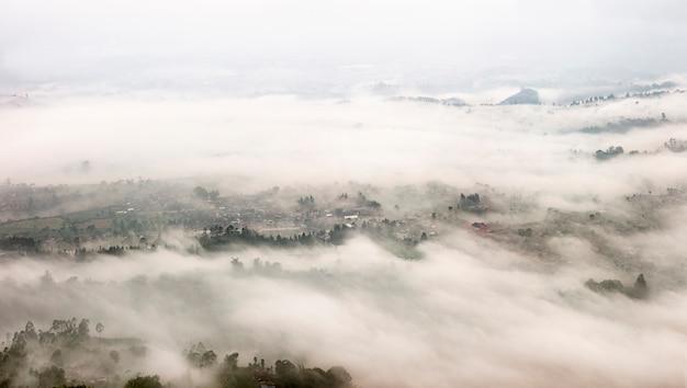 Paisagem nevoenta localizada em bandung, na indonésia