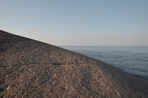 Paisagem nórdica minimalista. costa rochosa deserta