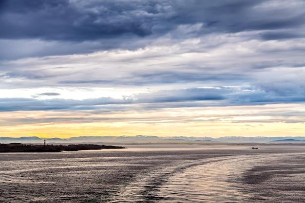 Paisagem norueguesa: mar do norte e farol