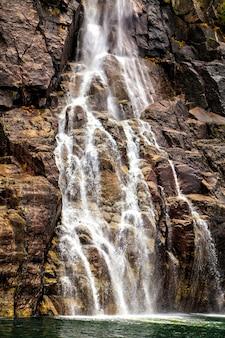 Paisagem norueguesa: pequena cachoeira em uma rocha