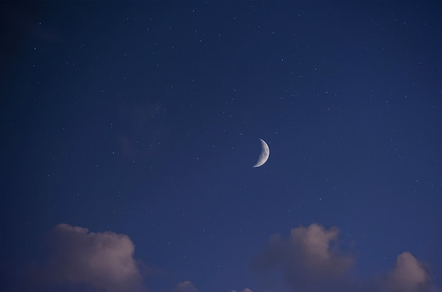 Paisagem noturna, céu estrelado azul escuro, vista da lua brilhante