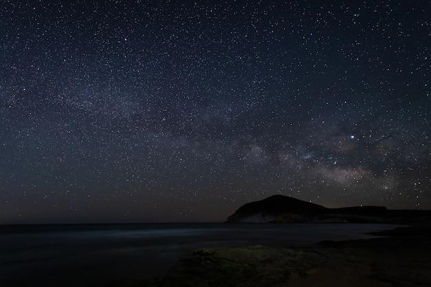 Paisagem noturna com via láctea da praia de genoveses. parque natural cabo de gata. andaluzia. espanha.