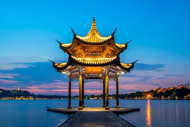 Paisagem noturna da antiga paisagem arquitetônica em west lake, hangzhou