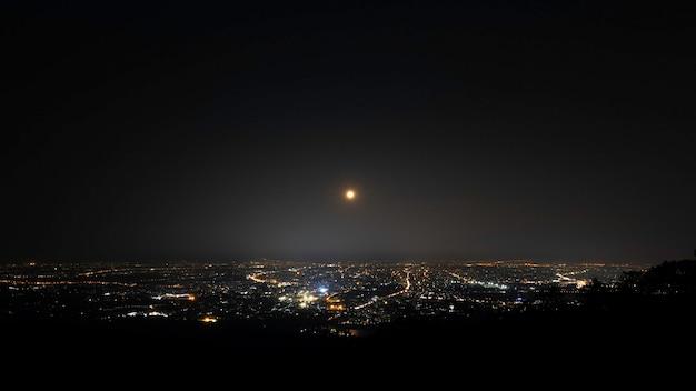 Paisagem noturna da cidade do ponto de vista no topo da montanha chiangmai tailândia