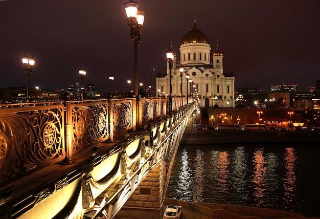 Paisagem noturna da ponte sobre o rio moskva e a catedral de cristo salvador na cidade de moscou