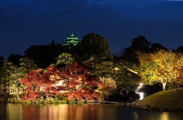 Paisagem noturna do jardim korakuen em okayama, japão