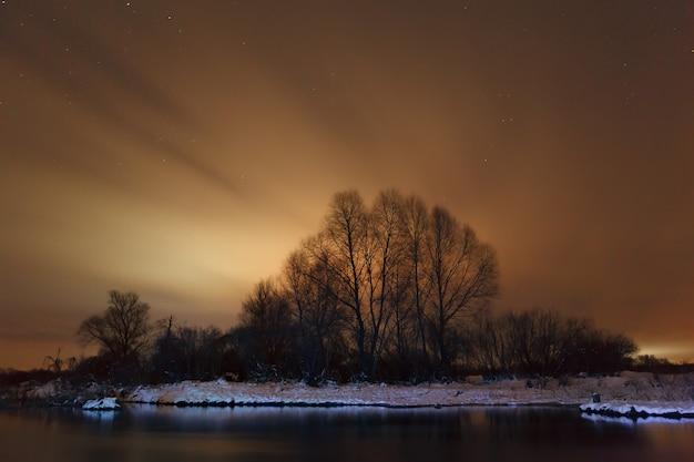 Paisagem noturna no rio congelado