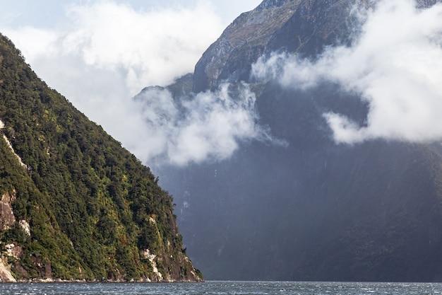 Paisagem nublada com montanhas cobertas de neve na nova zelândia