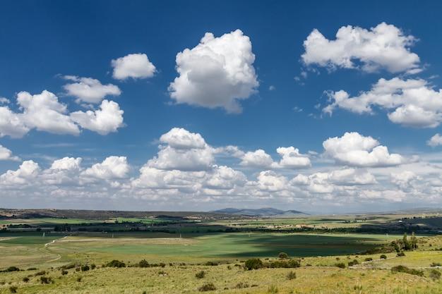 Paisagem nublada de um prado