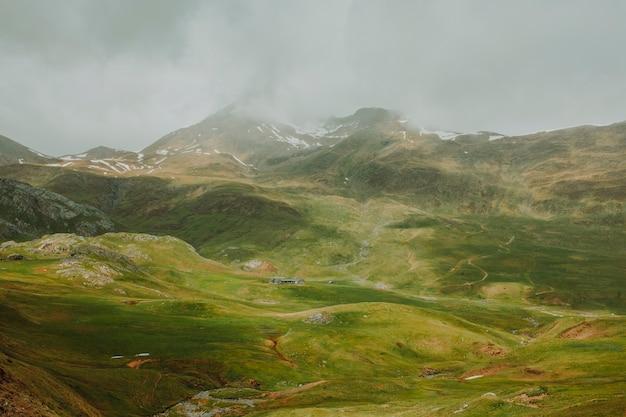 Paisagem nublada de uma montanha