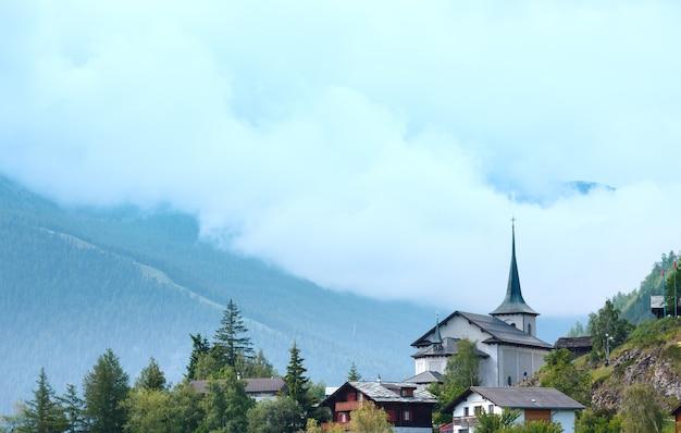 Paisagem nublada de verão em aldeia montanhosa (alpes, suíça)