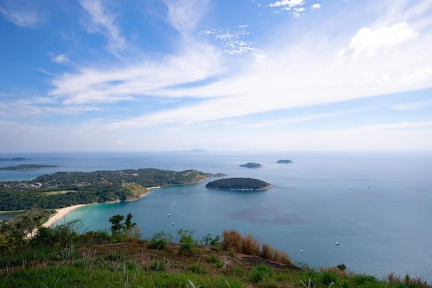 Paisagem paisagem vista phahindum ponto de vista marco popular em phuket tailândia ponto de vista para ver o cabo promthep, a praia de naiharn e a bela praia de yanui mar de andaman em phuket, tailândia.