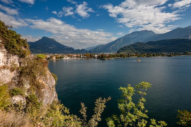 Paisagem panorâmica alpina da montanha, céu azul