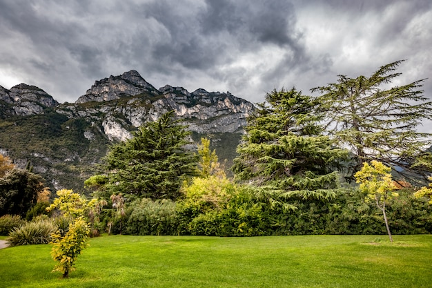 Paisagem panorâmica alpina da montanha, céu nublado azul