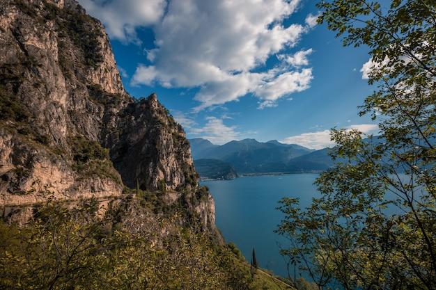 Paisagem panorâmica alpina de montanha, céu azul, litoral