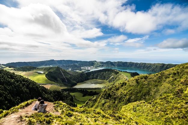 Paisagem panorâmica com vista para três lagoas incríveis, lagoa de santiago, rasa e lagoa azul, lagoa sete cidades. os açores são um dos principais destinos turísticos de portugal