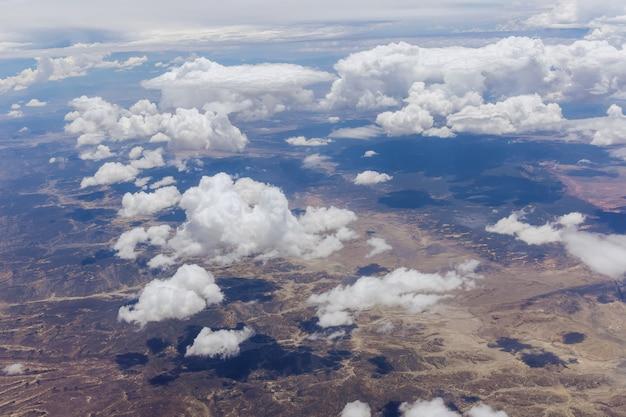 Paisagem panorâmica da montanha do deserto do novo méxico com nuvens claras e fofas na cordilheira do avião