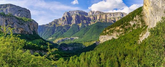 Paisagem panorâmica de alta montanha rochosa com florestas verdes. parque nacional ordesa pirineos.