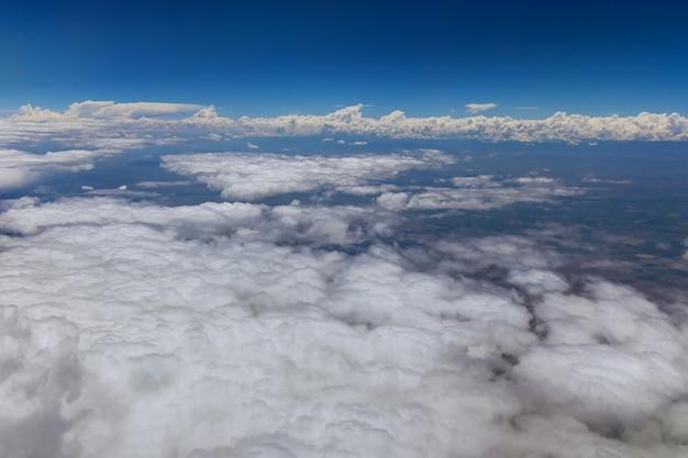 Paisagem panorâmica de visão geral no deserto do arizona do avião de nuvens fofas nas montanhas um avião