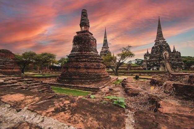 Paisagem parque histórico de ayutthaya em ayutthaya o famoso templo do equivalente humano da tailândia