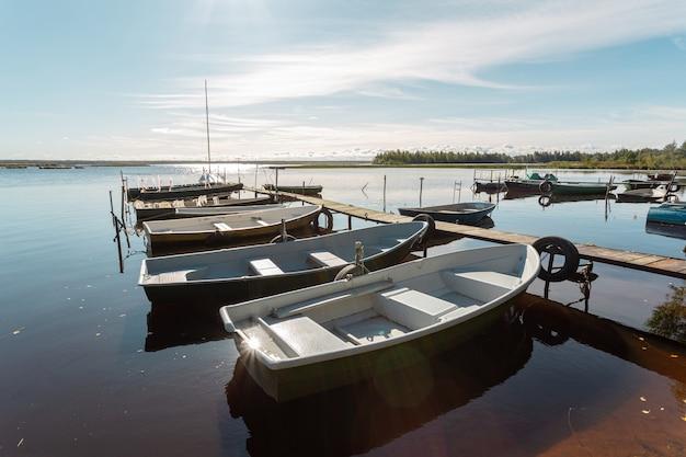 Paisagem pitoresca com barcos de pesca sob o sol em um dia de outono na rússia.