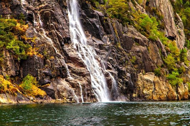 Paisagem pitoresca com cachoeira e pedras