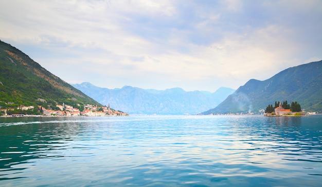 Paisagem pitoresca da baía de kotor, perto da cidade de perast, em montenegro